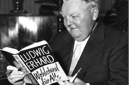 Ludwig Erhard im Jahr 1957 mit seinem Buch Wohlstand für alle_Bundesarchiv